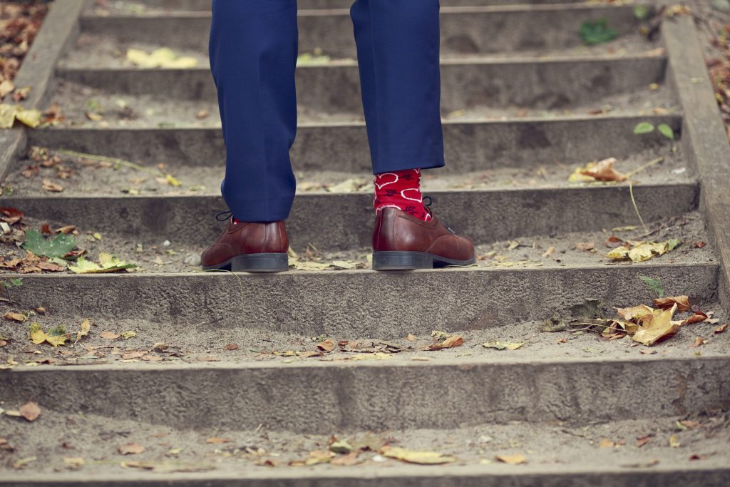 ślubne-ślub-plener-sesja-photo-zdjęcie-couple-para-wedding-photography-fotografia-love-miłość-skarpety-serce-heart-socks